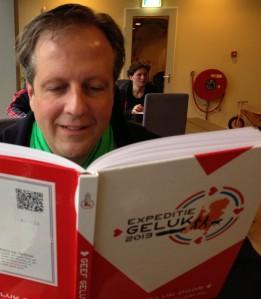 Alexander Pechtold met boek Expeditie Geluk